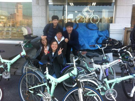 버려진 자전거를 수거·수리해 학생들이 함께 이용할 수 있도록 '자전거 공유 서비스'를 만든 이우고 학생들.
