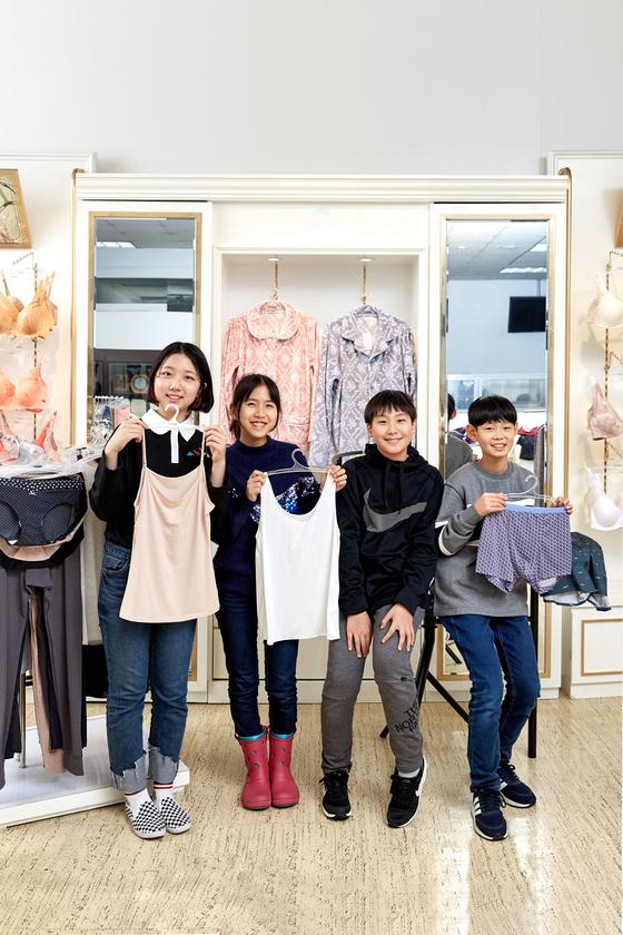 노윤서·이지윤·김동률·최찬이(왼쪽부터) 소중 학생기자단이 서울 용산의 한 속옷 업체 본사를 찾았다. 각자 마음에 드는 속옷을 골라 들었다.
