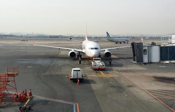 저비용항공(LCC)이 많이 생겨 내게도 항공여행이 일상화되었다. 신규 LCC의 시장 진입에 대해 공급과잉을 우려하지만 안전만 보장된다면 시장의 판단에 맡겨야 하지 않을까. [사진 박헌정]
