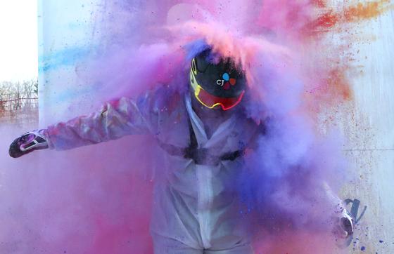 평창올림픽 스노보드 은메달리스트 이상호가 22일 평창 휘닉스 스노우파크에서 열린 '컬러라이딩'에 참가했다. 하얀 슬로프 위에서 분홍·파랑·노랑색 파우더를 뿌리며 눈밭을 누볐다. 평창=[임현동 기자]
