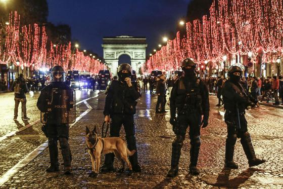 샹젤리제 거리에서 경찰이 삼엄한 경비를 서고 있다. [AFP=연합뉴스]