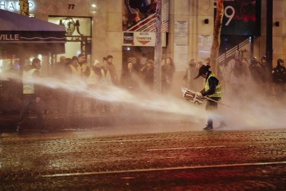 성탄절 연휴를 앞두고 시위대 규모가 급감하면서 샹젤리제 거리 점포 등이 영업을 하는 가운데 대부분 시위는 평화롭게 진행됐다. [AP=연합뉴스]