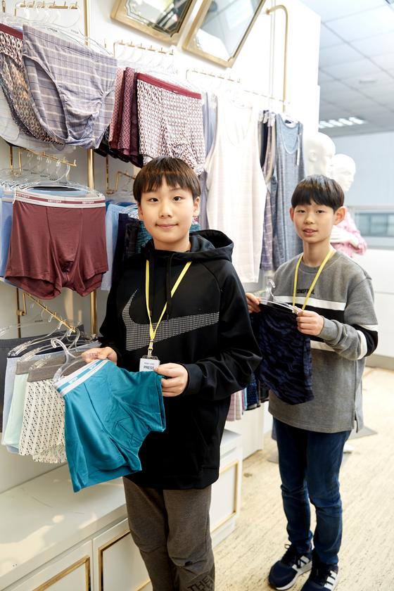 김동률 학생기자, 최찬이 학생모델(왼쪽부터).