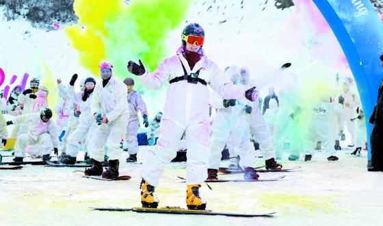 평창올림픽 스노보드 은메달리스트 이상호(가운데)가 22일 평창 휘닉스 스노우파크에서 열린 '컬러라이딩'에 참가했다. 하얀 슬로프 위에서 분홍·파랑·노랑색 파우더를 뿌리며 눈밭을 누볐다. 평창=[임현동 기자]