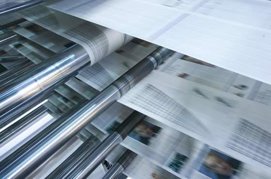 80년대 초반 종이에 펜으로 쓴 기사를 납 활자로 인쇄해 신문을 만들었던 반면 90년대 들어서 모든 과정이 온라인에서 진행되며 공무국에선 납 활자가 사라졌다. 사진은 윤전기에서 신문을 인쇄하고 있는 모습. [중앙포토]