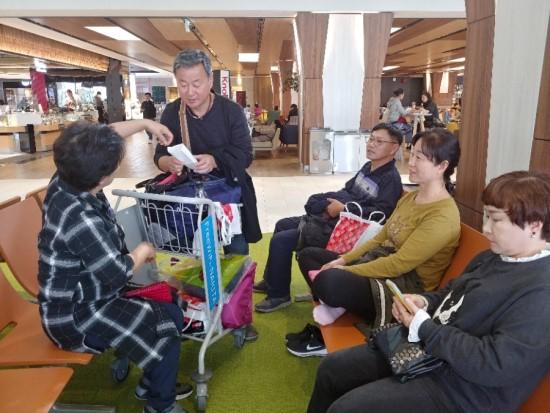 여행에서 돌아오는 현지공항에서 기부금으로 쓸 외국동전을 모으고 있다. [사진 한익종]
