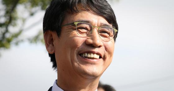 10월 15일 경남 김해시 봉하마을을 찾은 뒤 미소 짓는 유시민 노무현재단 이사장. [뉴스1]