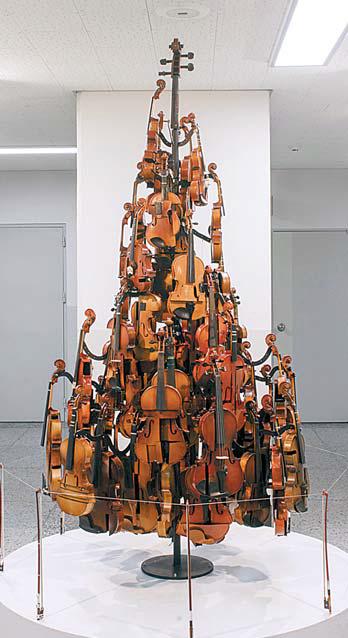 고장 난 바이올린 70여 개로 만든 낙원악기상가의 '폐악기 트리'
