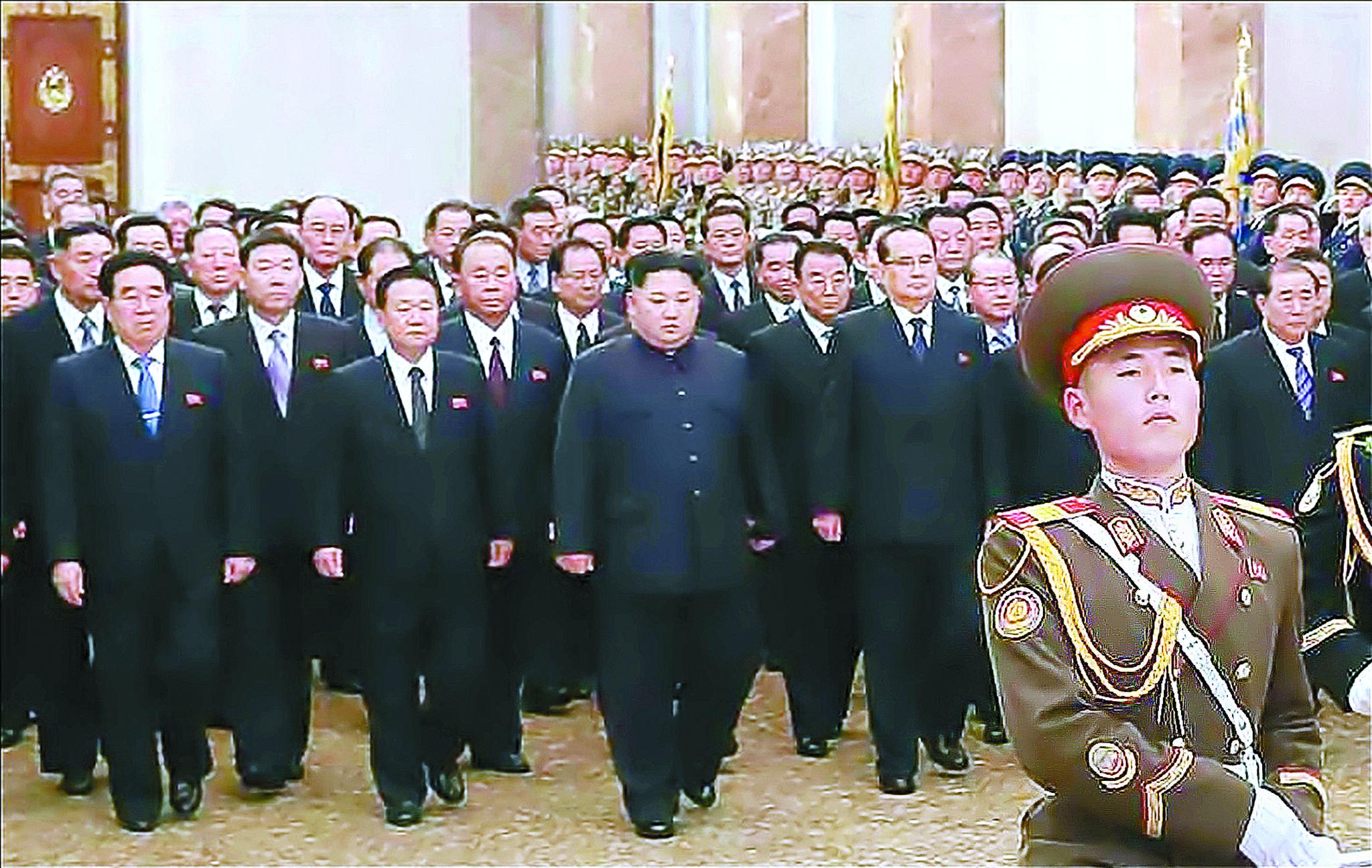 김정은 북한 국무위원장이 김정일 국방위원장의 7주기를 맞아 금수산태양궁전을 찾아 참배했다. [연합뉴스]