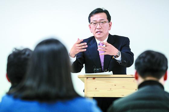 김태우 수사관의 변호를 맡은 석동현 변호사가 24일 취재진의 질문에 답하고 있다. [뉴스1]