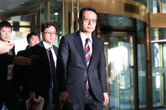 가나스기 겐지 일본 외무성 아시아대양주국장(오른쪽)이 24일 오후 한·일 외교부 국장급 협의에 참석하기 위해 외교부 청사로 들어서고 있다. [장진영 기자]