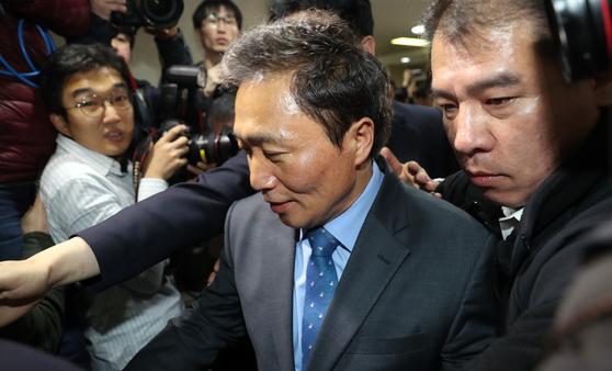 바른미래당을 탈당하고 자유한국당 입당을 밝힌 이학재 의원이 18일 오전 국회 정론관에서 기자회견을 마친 뒤 회견장을 빠져나가고 있다. 김경록 기자