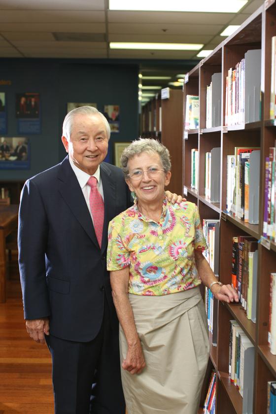 2011년 중앙기독초등학교 도서관에서 트루디 여사가 남편 김장환 목사와 함께 서 있다. [사진 김요한 목사]