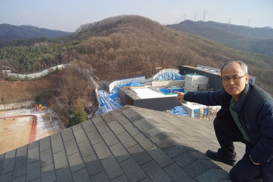 최병성 목사가 아파트 지붕에서 촬영 당시를 회상하고 있다. [강찬수 기자]