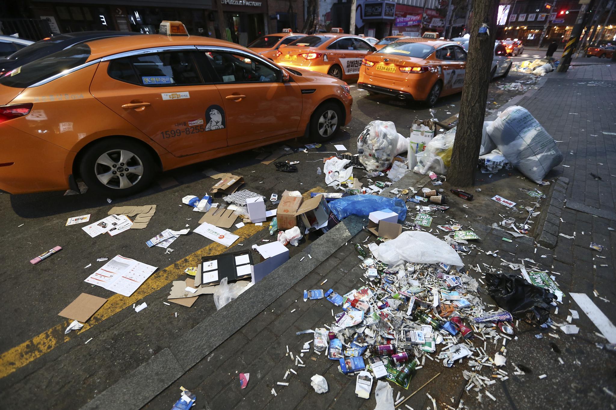 성탄절인 25일 오전 서울 마포구 홍익대학교 인근 도로에 당배꽁초와 불법 전단지 등쓰레기가 가득하다. 임현동 기자