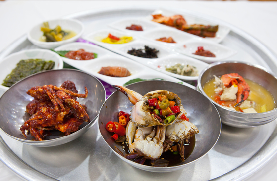 전남 여수에서 먹은 게장 정식. 1인 1만2000원으로 서울에서는 상상할 수 없는 음식을 맛볼 수 있다. [중앙포토]