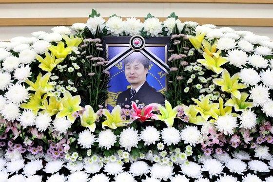 지난 7월 9일 고 김선현 경감의 빈소. [뉴스1] ※딸 김성은씨의 요청으로 본인의 사진은 게재하지 않고 아버지의 사진만 게재합니다.