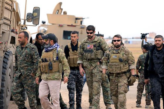 시리아 북서부에 주둔한 미군이 쿠르드족 민병대인 시리아민주군(SDF) 무장대원과 함께 이동하고 있다. [로이터=연합누스]