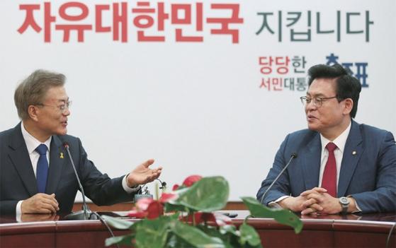 2017년 5월 대선 다음 날 서울 여의도 자유한국당 당사를 찾아 정우택 원내대표를 만난 문재인 대통령.