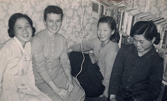 1960년 2월, 한국에 온 지 두 달만에 트루디(왼쪽에서 두번째) 여사가 지인들과 함께 이야기를 나누고 있다. [사진 김요한 목사]
