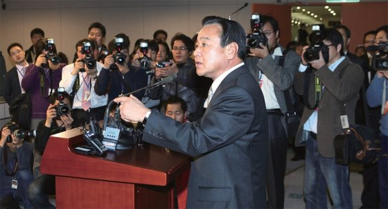 2009년 12월 이완구 충남지사의 퇴임 기자회견. 이 지사가 기자들에게 질문을 받고 있다.