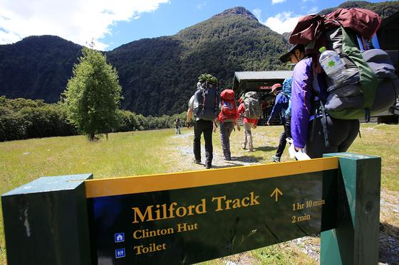 밀포드 도보여행을 시작하는 날의 걷는 거리는 짧다. 클린톤 산장까지 5km 몸풀기의 날이다. [사진 박재희]