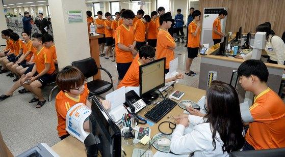 징병검사대상자들이 혈압측정 등 신체검사를 하고 있다.[뉴스1]