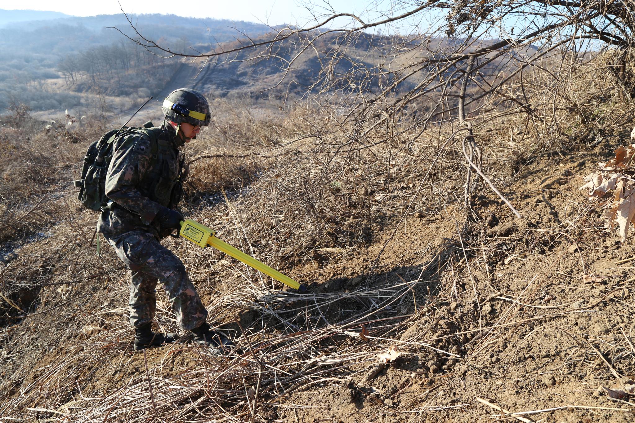 지난 12일 한국군 장병이 시범 철수ㆍ파괴하기로 한 북한군 GP를 검증하고 있다. 이 장병은 지하 갱도의 붕괴 여부를 확인하는 특수장비를 동원했다. 이날 남북은 11곳씩 모두 22곳의 GP를 상호검증했다. [사진 국방부]