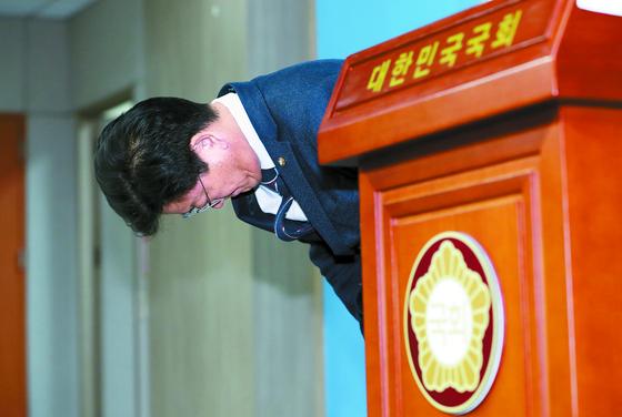 """'공항 갑질' 논란을 일으킨 김정호 더불어민주당 의원이 25일 서울 국회에서 고개 숙여 사과하고 있다. 김 의원은 이날 '저의 불미스러운 언행으로 여러분께 큰 실망을 드려 죄송하다""""고 말했다. [뉴스1]"""