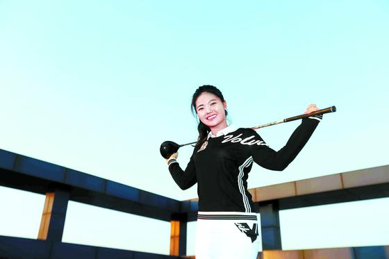 필드 밖 전영인은 발랄한 18세 소녀다. 하지만 골프 클럽을 잡고 필드에 서면 LPGA Q시리즈를 역대 최연소에 통과할 정도로 승부사가 된다. [김상선 기자]