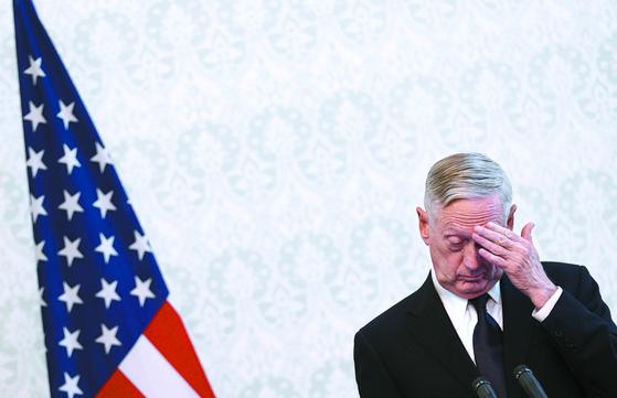 사임 의사를 밝힌 제임스 매티스 미 국방장관이 2017년 9월 아프가니스탄 카불에서 열린 기자회견 도중 고개를 숙이고 있다. [EPA=연합뉴스]