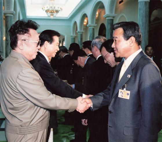 2000년 6월 15일 남북 정상회담 때 국회 대표로 방북한 이완구 자민련 의원이 김정일 북한 국방위원장과 악수하고 있다.