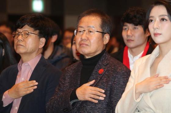 홍준표 전 자유한국당 대표가 26일 서울 프레스센터에서 열린 '더퍼스트프리덤코리아쇼'에서 국민의례를 하고 있다. [연합뉴스]