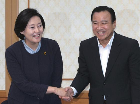 2014년 8월 이완구 새누리당 원내대표와 박영선 새정치민주연합 원내대표가 국회 귀빈식당에서 주례회동를 마친 뒤 악수하고 있다.