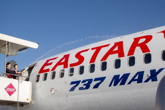 26일 오전 김포국제공항에서 진행된 이스타항공 B737 MAX8 기종 도입식에 승무원들이 축포를 쏘고 있다.