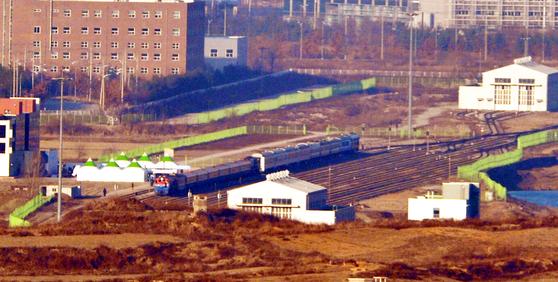26일 오전 북측 판문역에서 열리는 남북 철도·도로 연결 및 현대화 사업 착공식 참석자 등을 실은 열차가 판문역에 도착, 기다리고 있던 북측 열차와 나란히 서있다. [사진기자협회]