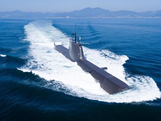 장보고-II급 잠수함이 물 위에서 수면을 가르며 운항하고 있다. 한국기계연구원(기계연)은 잠수함에서 나는 소음을 해석, 저감하는 기술을 올해 최우수연구성과로 선정했다. [사진 방위사업청]