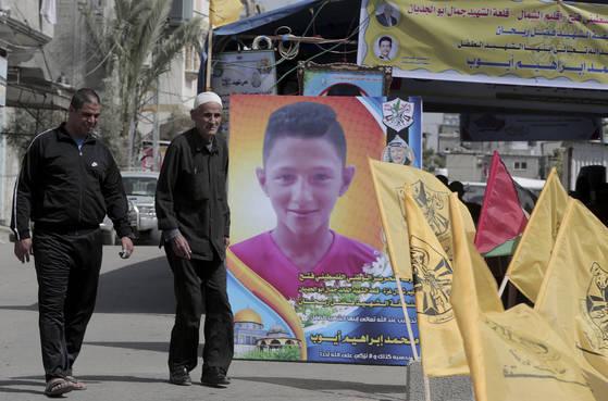 무방비 상태에서 이스라엘군의 총격에 맞아 숨진 15세 팔레스타인 소년 무함마드 아유브를 추모하는 글귀와 깃발들이 가자 지구를 메우고 있다. [AP=연합뉴스]