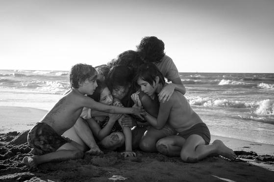 영화를 보기 전과 본 뒤 완전히 인상이 달라질 '로마' 속 한 장면. 가정부 클레오와 가족들이 서로 단단히 부둥켜 안고 있다. [사진 넷플릭스]