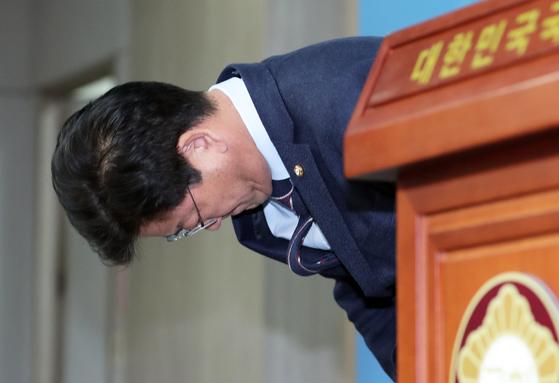 공항에서 신분증 확인을 요구한 직원에게 갑질했다는 의혹이 제기된 김정호 더불어민주당 의원이 15일 오후 서울 영등포구 여의도 국회의사당 정론관에서 사과문을 발표하기 전 고개숙여 사과하고 있다. [뉴스1]