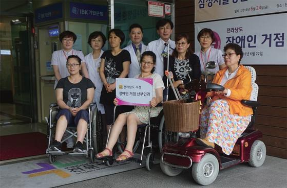 전남 순천의 현대여성아동병원장 시절의 정 원장(가운데). / 사진:국립중앙의료원