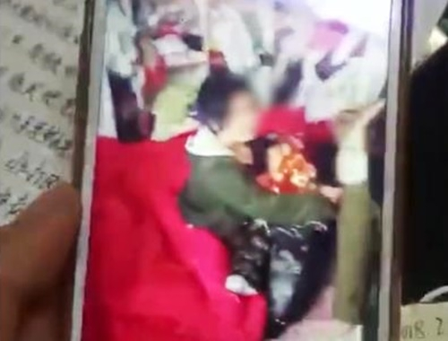 아이 안고 있는 감금 성폭행 피해자 A양. [펑파이 홈페이지]