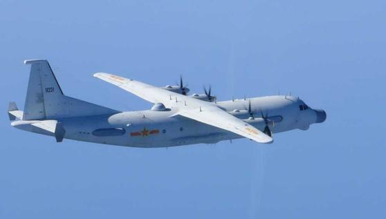 지난달 26일 한국방공식별구역(KADIZ)을 무단진입한 중국 군용기로 주정되는 Y-9JB. 수송기로 제작한 Y-9을 전자전기와 정찰기로 개조한 기종이다. [사진 일본항공자위대]