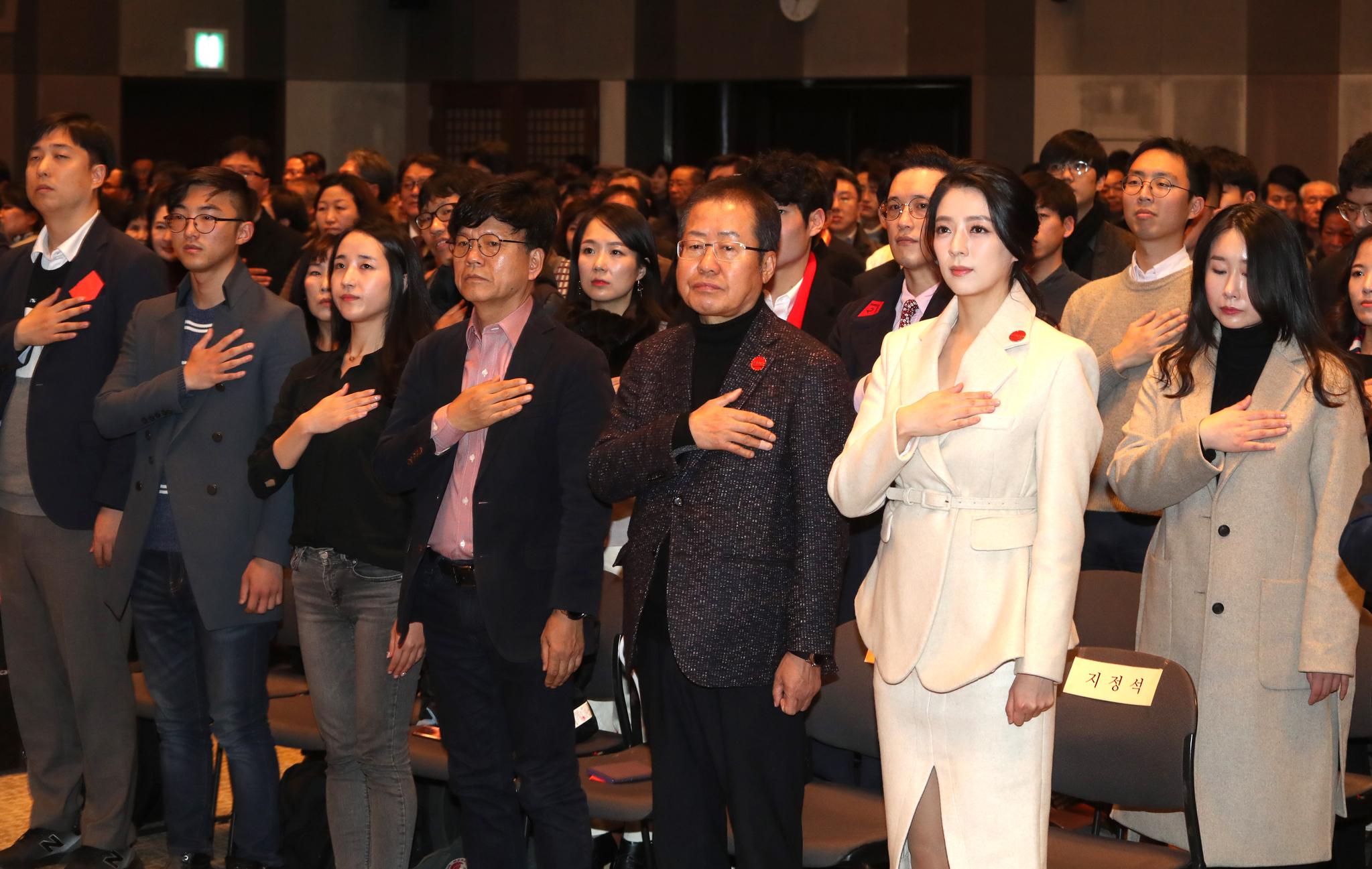 홍준표 전 자유한국당 대표가 26일 서울 프레스센터에서 열린 '프리덤코리아 쇼 창립식 & 토크쇼'에서 국민의례를 하고 있다. [연합뉴스]