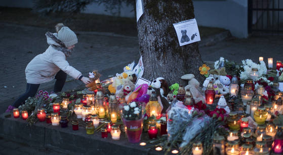 러시아 케메로보 쇼핑몰 화재 참사를 추모하는 촛불과 인형들이 쌓여있는 모습. [AP=연합뉴스]