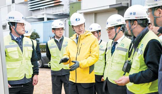 한국남부발전 신정식 사장이 신재생에너지 확충과 관련해 실무진과 대화하고 있다. [사진 한국남부발전]