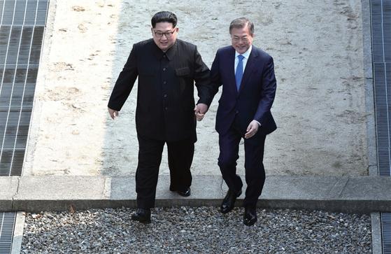4월 27일 판문점에서 만난 문재인 대통령과 김정은 북한 국무위원장. [중앙포토]