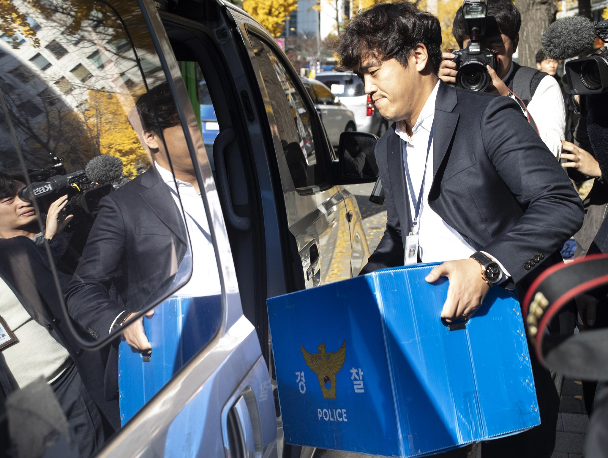 지난달 13일 서울 마포구 한국어린이집총연합회(한어총)를 압수수색한 경찰이 압수품을 차량으로 옮기고 있다. [연합뉴스]