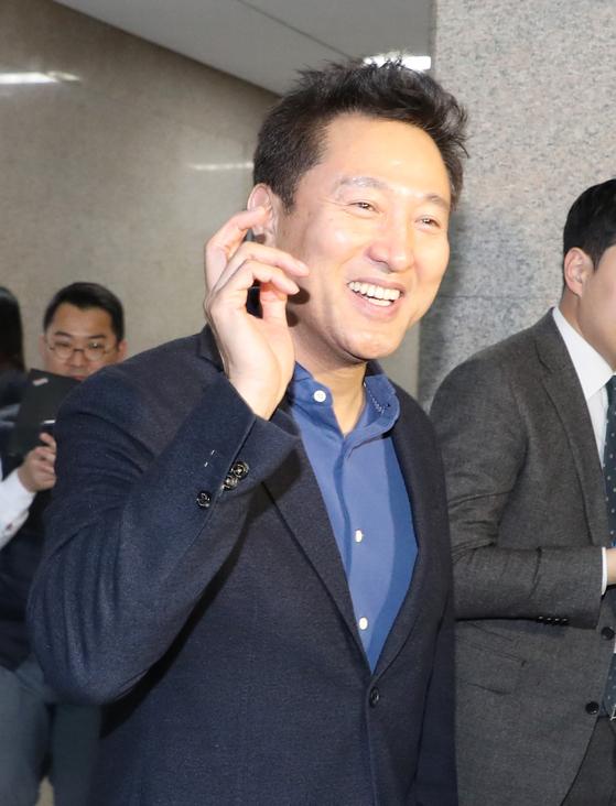 오세훈 전 서울시장이 12일 오후 국회에서 자유한국당 나경원 신임 원내대표 예방을 마친 뒤 나오며 취재진의 질문을 받고 있다. [연합뉴스]