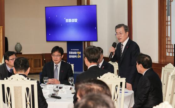 문재인 대통령이 26오후 청와대 본관 충무실에서 열린 국민경제 자문회의에서 모두발언을 하고 있다. 청와대사진기자단